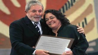 Luciana de Moraes recebendo do ex-presidente Lula uma homenagem relativa ao pai em agosto de 2010 (foto: Eraldo Peres)