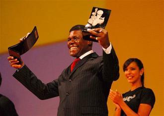 Santiago recebe, na categoria de Melhor Cantor MPB, o Prêmio Tim de Música Brasileira 2008, em cerimônia realizada no Theatro Municipal do Rio de Janeiro em 28/05/2008