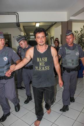 Renner chega à delegacia descalço (Foto: Marco Ambrosio/AGNews)